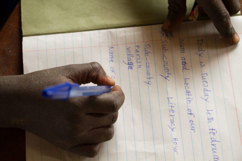 Oppilas kirjoittaa vihkoon.