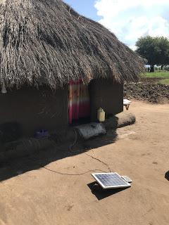 Puhelin voidaan ladata kotona aurinkopaneelilla.
