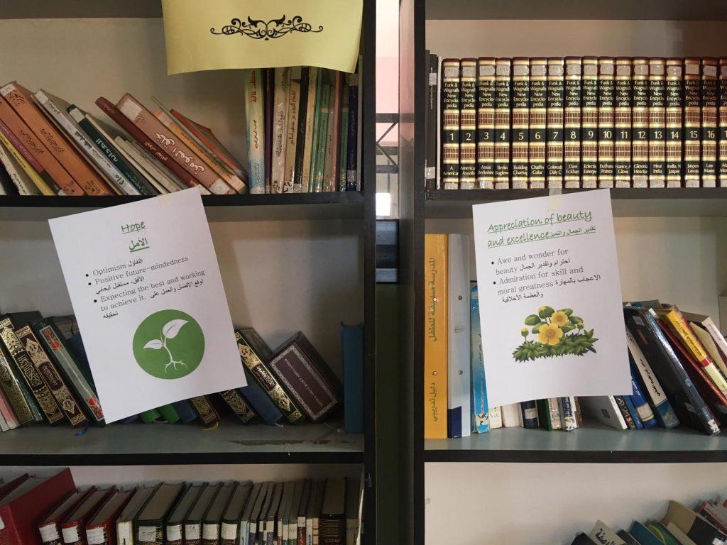Kirjahylly ja papereita, joissa on arabian kielistä tekstiä.