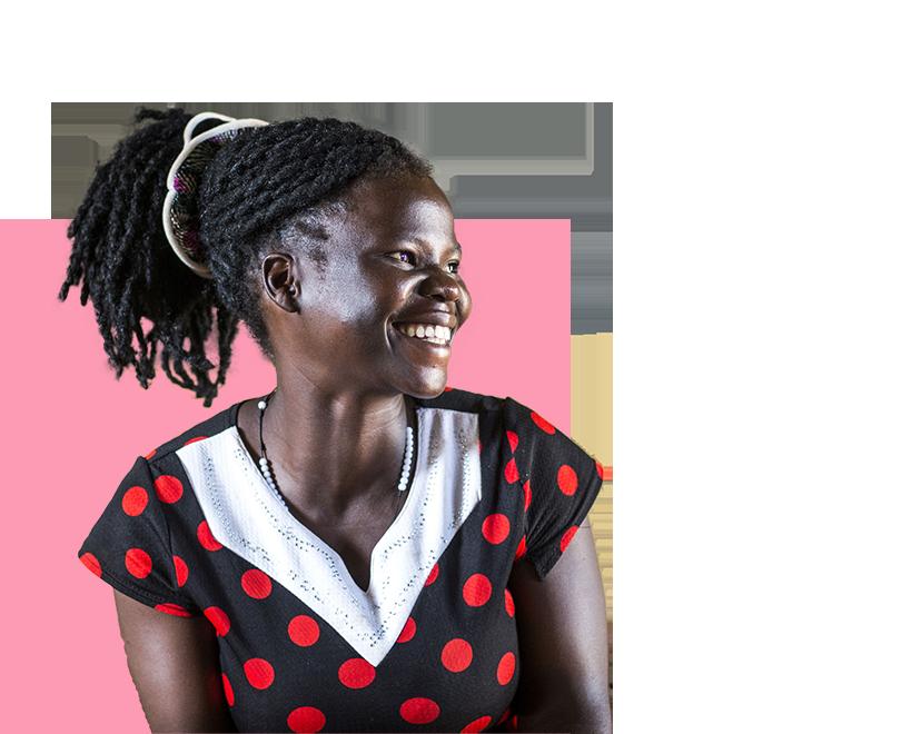 Ugandalainen tyttö musta-punaisessa pallopaidassa hymyilee katsoen vasemmalle.