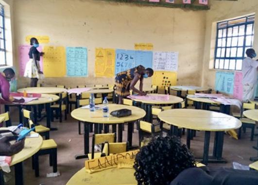 Opettajat tekevät materiaaleja luokkahuoneessa.